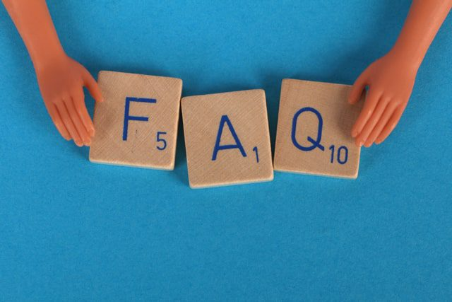 Lettres du jeu de Scrabble formant FAQ - page FAQ pour ecommerce